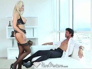 Puremature sexy blond milf im schwarz unterwäsche erhalten creampied