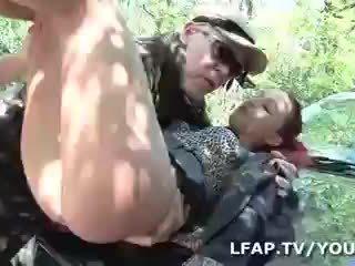 Sodomisee par deux mecs sur le bord de la rute