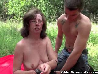 Vecmāmiņa gets viņai pakaļu invaded outdoors