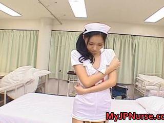 Aino kishi asiática enfermeira expand dela pernas