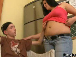 Seksikäs pullistaja seduces an nuori dude