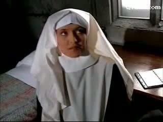 Abbess im sexy unterwäsche versohlen nonne getting sie muschi licked licking auf die bett