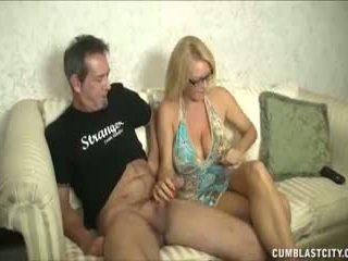 Huge-titted milf enjoys aftrekken cocks