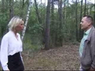 Blondie hustru körd i skogs