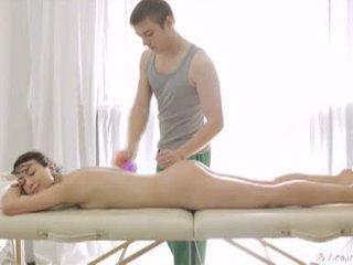 18 virgin pohlaví: nádherný bruneta dospívající gets massaged a fucked
