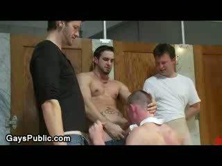 Homo ทำ ไปยัง ดูด และ jerks ปิด cocks ใน สาธารณะ ส่วนที่เหลือ ห้อง