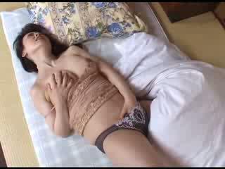 Giapponese mamma masturbare dopo guardare porno video