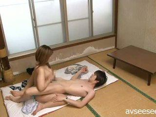 Japonské pár having skutočný zábava na domáce