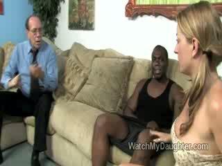 Frumos blonda mic fiică swallows o mare gras negru penis în față de ei fathers ochi