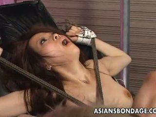 Asiatici robie: tied în sus asiatic penetrated cu futand mașini