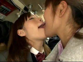 Shocked japanilainen koulutyttö gets perseestä päällä a packed juna