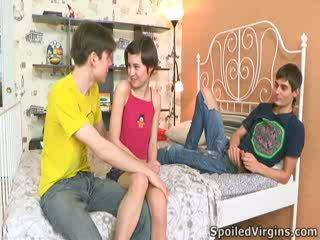 Martina isn't docela jistý jak things are going na jít, ale ona knows she's going na ztratit ji virginity