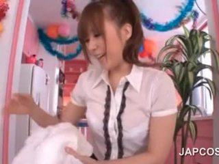 Násťročné ázijské sex bábika licks a guy's telo v pov