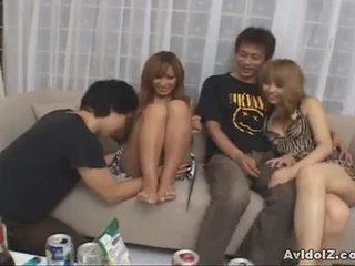 Japoneze brunettes gëzojnë një nxehtë orgji