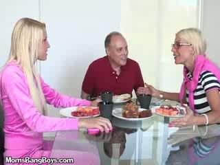 Blondinė mažutė gets putė eaten iki boyfriend