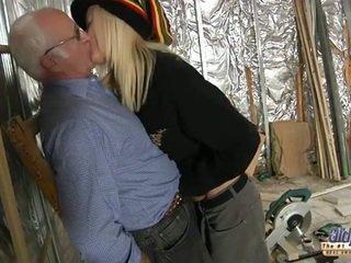 若い assistant bangs 彼女の naggy 古い ボス