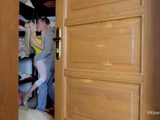 גדול פטמות נוער עוזרת בית סקס ב laundry חדר