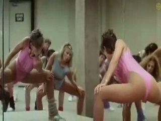 Szexi lányok doing aerobics exercises -ban egy pajkos út