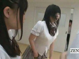 Subtitled اليابانية schoolgirls في thongs بعقب judging