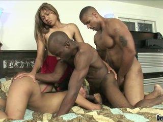 Pair persons dan two wanita semasa panas biseksual bonking masa