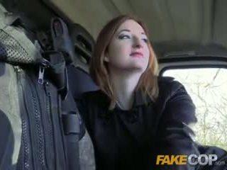 Fake flic chaud ginger gets baisée en cops van