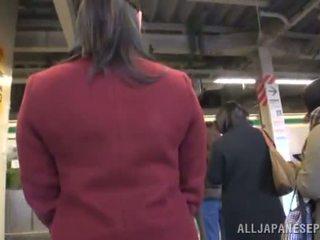 Asiatisch puppe appreciates dicklicking und shagging im ein öffentlich bus