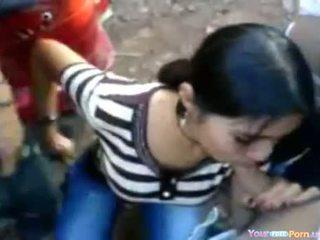 Warga india perempuan di yang sideroad pesta seks berkumpulan
