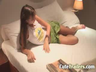 Anorectic vajzë cums para një gjumë
