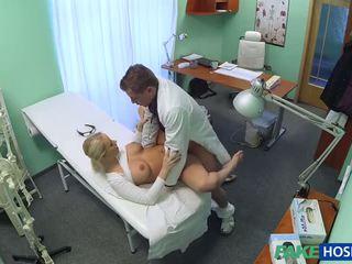 Tchèque blonde avec grand nichons wants à être une infirmière