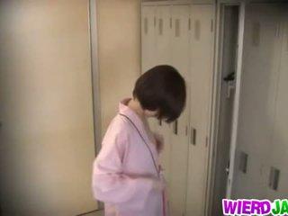 Wierd japāna: pievilcīgas aziāti babes getting viņu krūtis examined.
