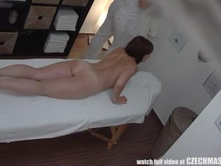 Rondborstig milf gets geneukt gedurende massage