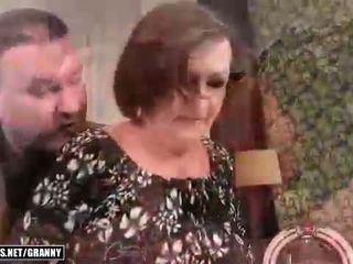 Lelijk oma gets geneukt mooi hard