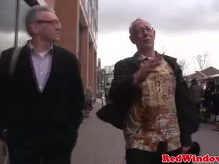 حقيقي عاهرة cumswaps مع ل قذر قديم bastard