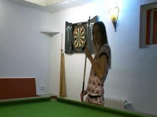 Two babes in scarpe su billiards tavolo