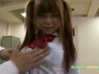 Escolar getting su coño y pequeño tetitas rubbed con polla chupando guy en la classroo