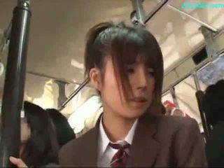 Kontor dame stimulated med vibrator giving blowjob på henne knees på den buss