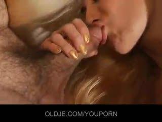 Fiatal curious szőke relishes a régi francia pénisz