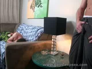 睡眠 roomate woken アップ へ セクシャル 状況