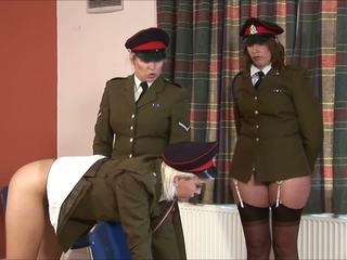 يعاقب عسكري فتاة