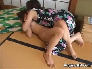 حلو الآسيوية فتاة orgasms إلى ال الأول وقت