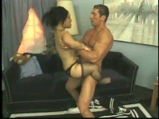 Bridget la enana follando con un joven semental