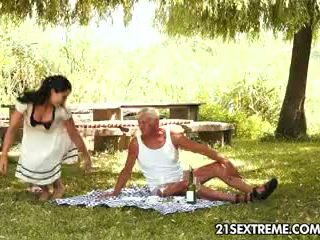 Tenåring cutie s kinky picnic med en bestefar