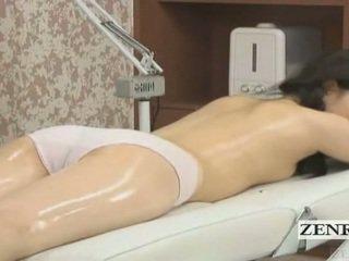 Subtitled 일본의 여학생 처음으로 관능적 인 기름 마사지