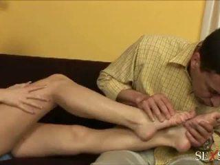 Sexe sens: sexy lulu loves strocking bite avec son pieds