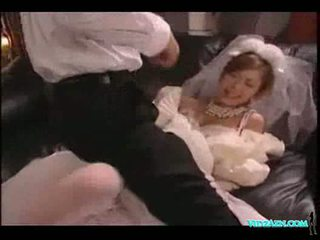 Asia gadis di pernikahan pakaian licked mengisap kontol kacau air mani t