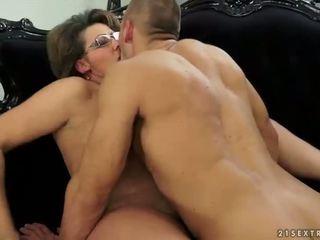 Grand-mère et son jeune boyfriend décision amour