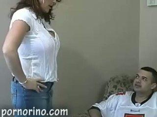 Nxehtë mdtq mami duke thithur dhe stroking bir për spermë