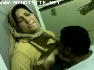 Arab 家庭主婦 性交 由 年輕 飾釘