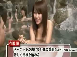Tímida nua japonesa aluna ao ar livre banho entrevista