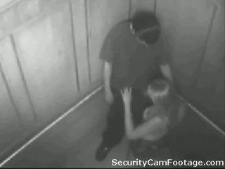 Uzbudinātas pāris par elevator drošība kamera